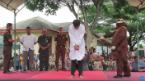 印尼两男子因发生同性关系被处以鞭刑